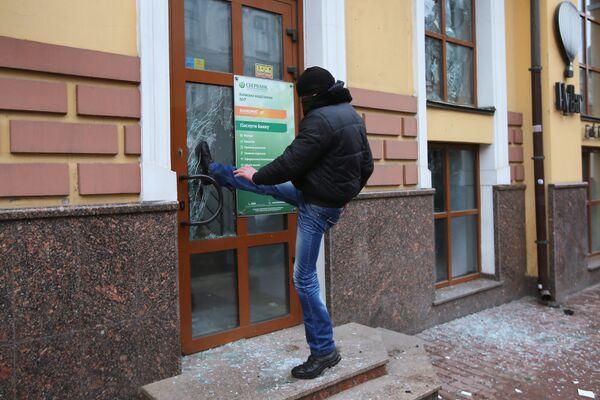 Un radicale batte la sede di Sberbank a Kiev. - Sputnik Italia
