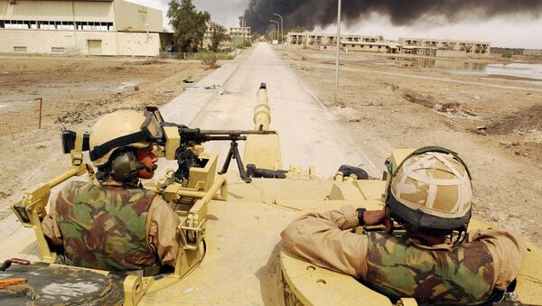 Alex Matheson, left, a member of the Desert Rats with his Challenger II tank man an operational post in Basra, southern Iraq, Friday April 4, 2003 - Sputnik Italia