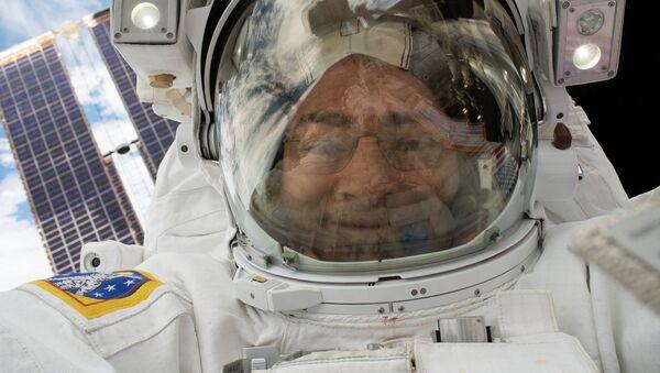 NASA astronaut Mark Vande Hei takes a space selfie during a spacewalk that took place on Jan. 23, 2018. - Sputnik Italia
