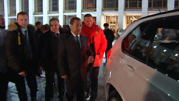 Il premier russo Dmitry Medvedev e BMW - Sputnik Italia