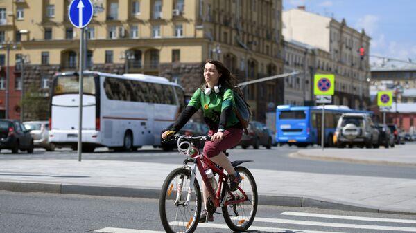 Una ragazza attraversa in bicicletta una strada di Mosca - Sputnik Italia