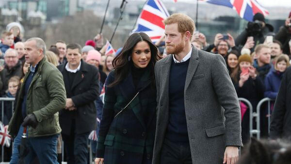 Meghan Markle and Britain's Prince Harry, meet members of the public during a walkabout on the esplanade at Edinburgh Castle, Britain, February 13, 2018 - Sputnik Italia