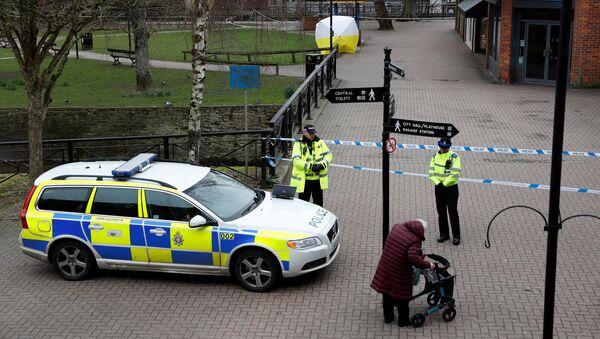La Policía británica cerca de la casa de exespía Serguéi Skripal - Sputnik Italia