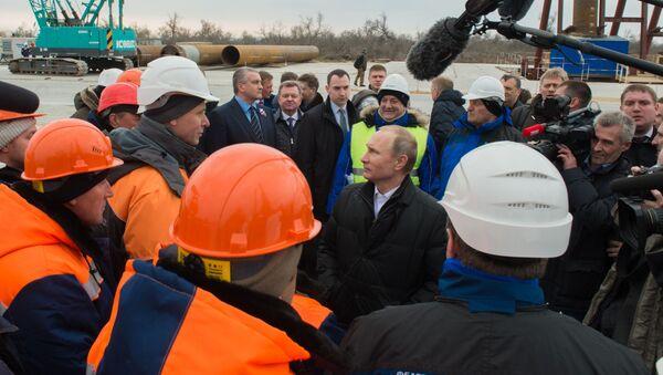 Президент России Владимир Путин на строительной площадке транспортного перехода через Керченский пролив на острове Тузла - Sputnik Italia