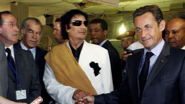 Libya's President Muammar Gaddafi (L) greets his counterpart from France Nicolas Sarkozy at Bab Azizia Palace in Tripoli July 25, 2007, the day after the release of six foreign medics from Libyan jails - Sputnik Italia