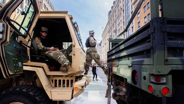Soldati della Guardia Nazionale americana durante una manifestazione di protesta a Washington - Sputnik Italia