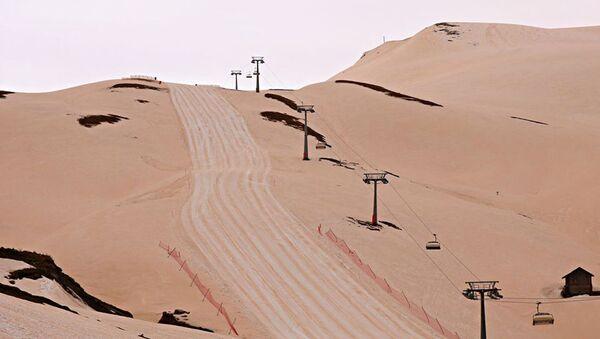 Красный снег на склонах горнолыжного курорта Годердзи в Грузии - Sputnik Italia