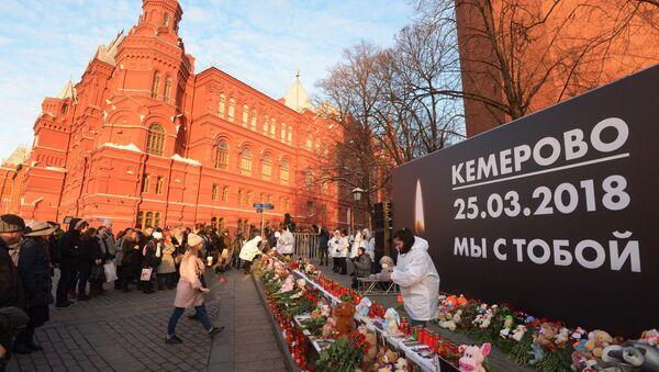 I moscoviti si riuniscono per commemorare le vittime dell'incendio nel centro commerciale a Kemerovo. - Sputnik Italia