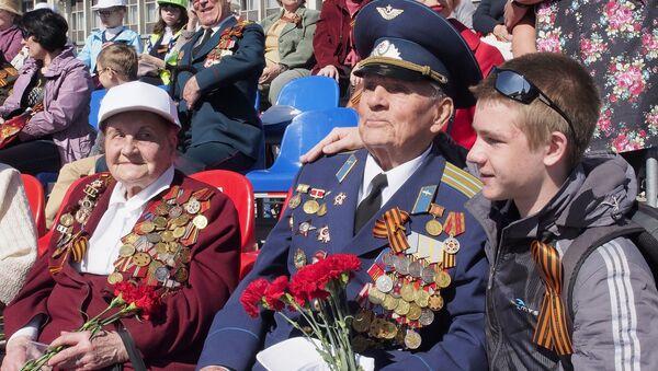 Un veterano a Tula assiste alla parata del Giorno della Vittoria - Sputnik Italia