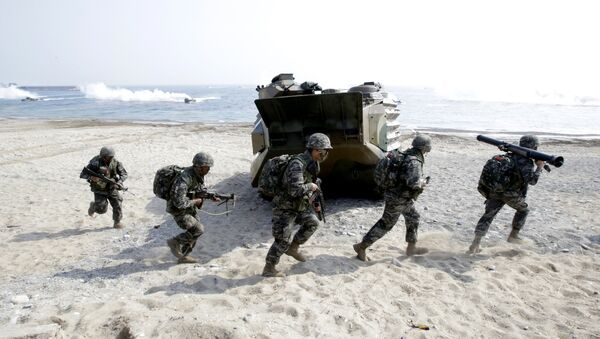 South Korean Marines run after they landed on the beach during the U.S.-South Korea joint landing military exercises as a part of the annual joint military exercise Foal Eagle between South Korea and the United States in Pohang, south of Seoul, South Korea. (File) - Sputnik Italia