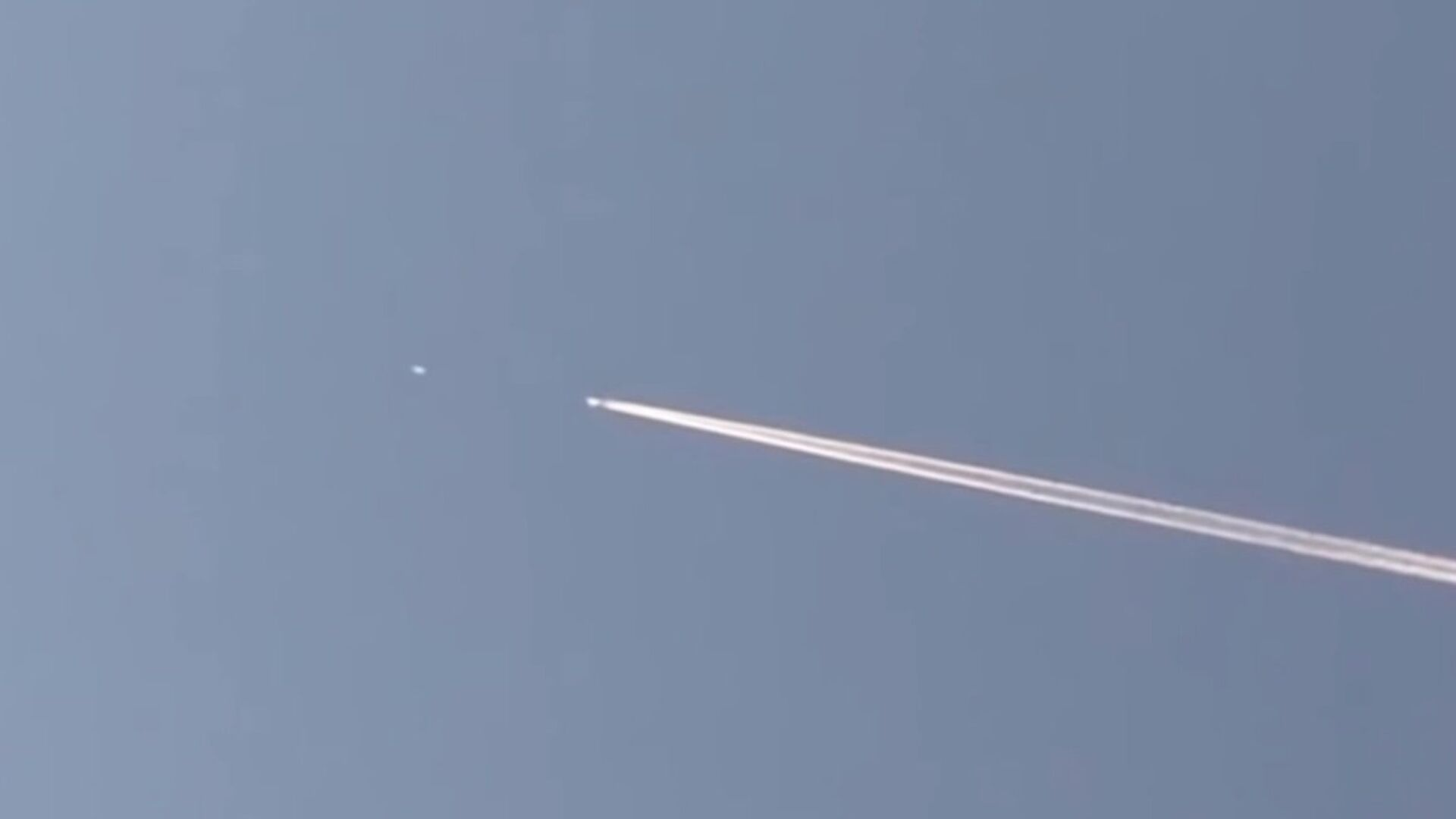 UFO Chases Passenger Jet Through The Sky As Baffled Witness Captures Video - Sputnik Italia, 1920, 29.07.2021