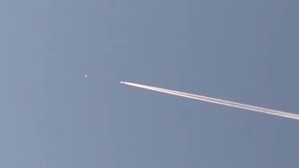UFO Chases Passenger Jet Through The Sky As Baffled Witness Captures Video - Sputnik Italia