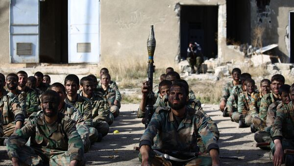 Syrian youths take part in their last training on December 8, 2014 before being sent to the frontline along with rebel fighters from the Jaysh al-Islam brigades (Army of Islam) in Eastern al-Ghouta, a rebel-held region outside the capital Damascus - Sputnik Italia