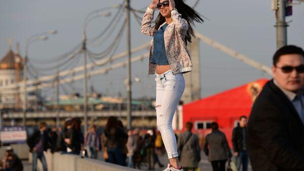 Una ragazza si gode l'anticipo d'estate a Mosca - Sputnik Italia