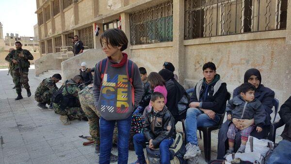 Il secondo gruppo dei civili hanno lasciato Duma in Siria attraverso il corridoio umanitario di Muhayam Al-Wafedin - Sputnik Italia
