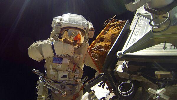 I cosmonauti di Roskosmos, Sergey Volkov e Yurii Malenchenko compiono una cosiddetta passeggiata spaziale il 3 febbraio 2016 - Sputnik Italia