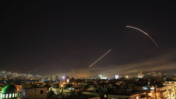Missiles streak across the Damascus skyline as the U.S. launches an attack on Syria targeting different parts of the capital, early Saturday, April 14, 2018. Syria's capital has been rocked by loud explosions that lit up the sky with heavy smoke as U.S. President Donald Trump announced airstrikes in retaliation for the country's alleged use of chemical weapons. - Sputnik Italia