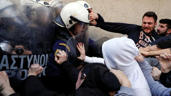 Demonstrators scuffle with riot police officers during a protest outside a notary's office to prevent an e-auction of repossessed properties in Athens, Greece - Sputnik Italia