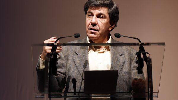 L'économiste Jacques Sapir s'exprime lors du congrès du parti politique dirigé par Nicolas Dupont-Aignan, Debout la République, le 21 novembre 2010 à Paris. - Sputnik Italia