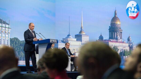 Russian President Vladimir Putin speaks during a session of the St. Petersburg International Economic Forum 2015 - Sputnik Italia