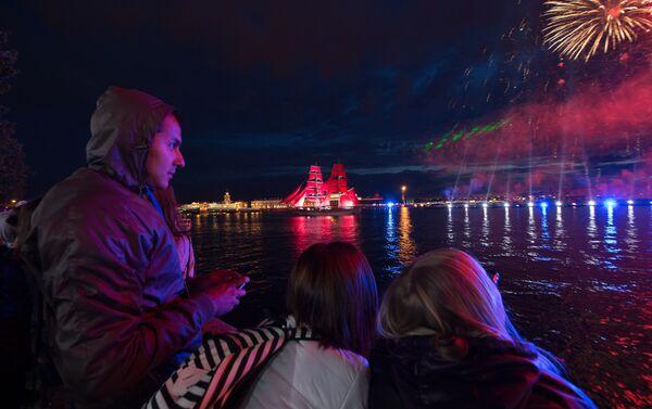 La folla sulle rive della Neva ammira il Veliero dalle vele scarlatte - Sputnik Italia