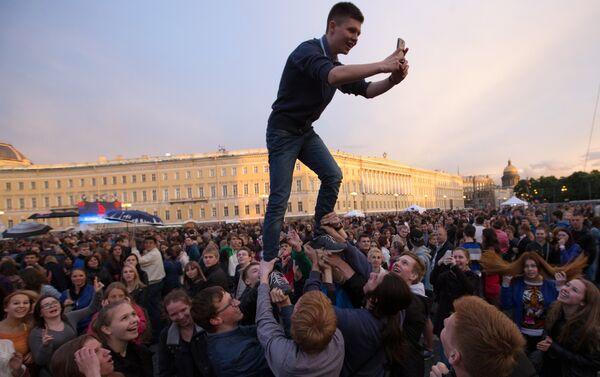 Studenti in festa nella piazza del Palazzo d'Inverno a San Pietroburgo - Sputnik Italia