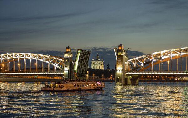 San Pietroburgo: la Neva e, sullo sfondo, la chiesa di San Nicola dei Marinai in piena notte (ponte aperto) - Sputnik Italia