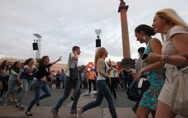 I neodiplomati festeggiano la fine dell'anno scolastico nella piazza del Palazzo d' Inverno - Sputnik Italia