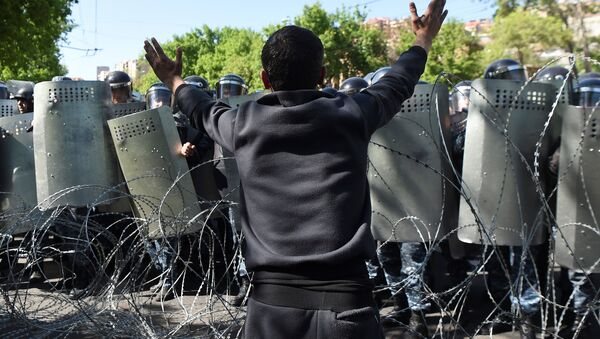 A demonstrator argues with riot police during a protest against Armenia's ruling Republican party's nomination of former President Serzh Sarksyan as its candidate for prime minister, in Yerevan, Armenia April 16, 2018. - Sputnik Italia