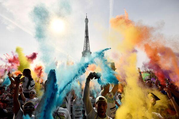 I partecipanti alla corsa Color Run 2018 di fronte alla torre Eiffel a Parigi, Francia. - Sputnik Italia
