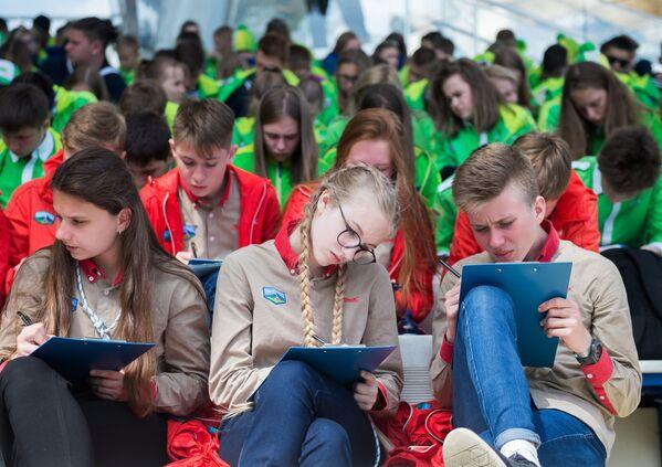 I partecipanti all'annuale azione istruttiva Dettato totale 2018 al centro internazionale per i bambini Artek. - Sputnik Italia