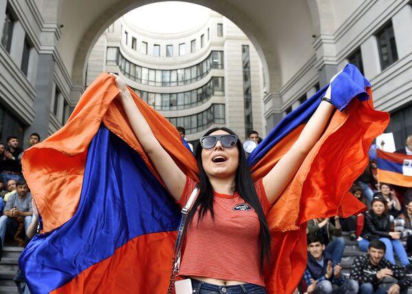 Una partecipante alle proteste dell'opposizione a Erevan. - Sputnik Italia