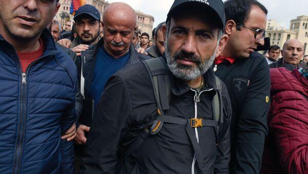 Лидер протестного движения Мой шаг Никол Пашинян на площади Республики в Ереване - Sputnik Italia