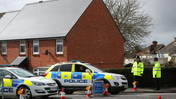 Police officers guard the cordoned off area around the home of former Russian intelligence officer Sergei Skripal in Salisbury, Britain, April 3, 2018 - Sputnik Italia