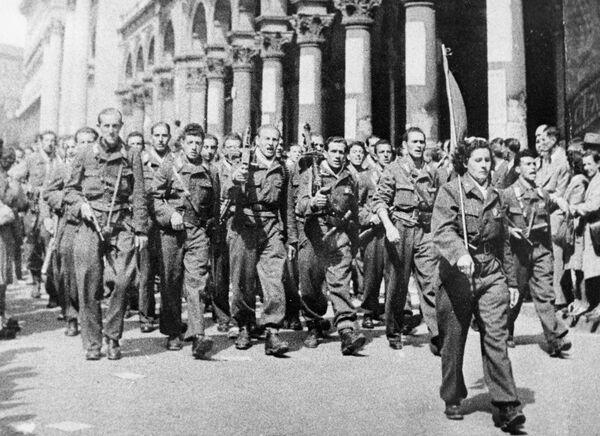 Partigiani sfilano per le vie di Milano liberata  - Sputnik Italia