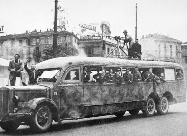 Un gruppo di partigiani a bordo di un autobus militare a Milano durante la Seconda guerra mondiale. - Sputnik Italia