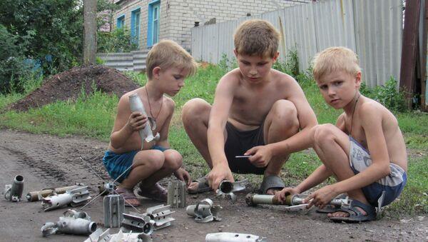 Bambini di uno dei villaggi del Donbass colpiti dall'artiglieria ucraina - Sputnik Italia