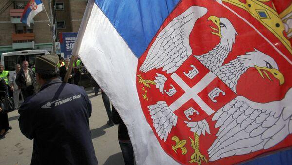 Serbo del Kosovo con la bandiera serba - Sputnik Italia