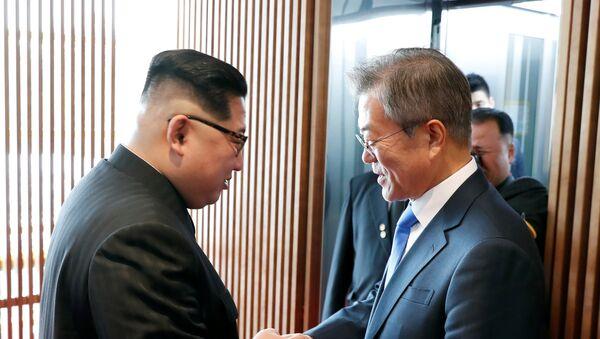 South Korean President Moon Jae-in shakes hands with North Korean leader Kim Jong Un at the truce village of Panmunjom inside the demilitarized zone separating the two Koreas, South Korea, April 27, 2018 - Sputnik Italia