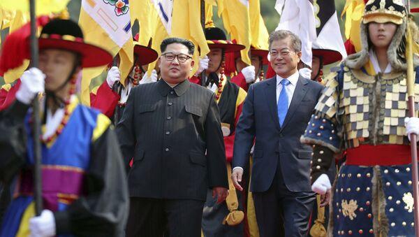 I capi di stato delle due Coree passano in rassegna il picchetto d'onore che li ha accolti. - Sputnik Italia