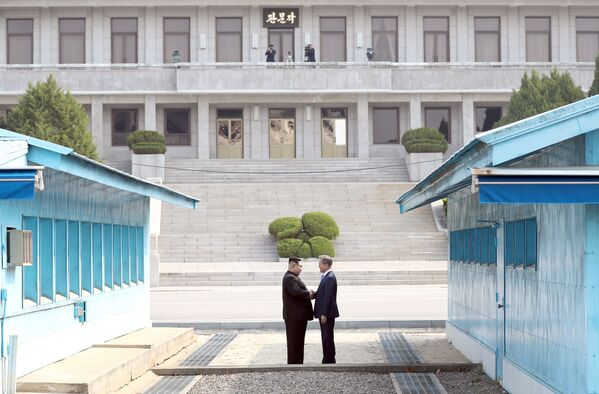 Lo storico incontro tra Kim e Moon - Sputnik Italia