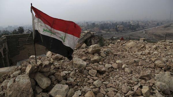 Иракский флаг на обломках разрушенной мечети в Мосуле - Sputnik Italia