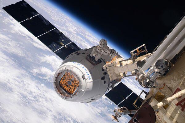 La navicella cargo SpaceX Dragon si aggancia all'ISS. - Sputnik Italia