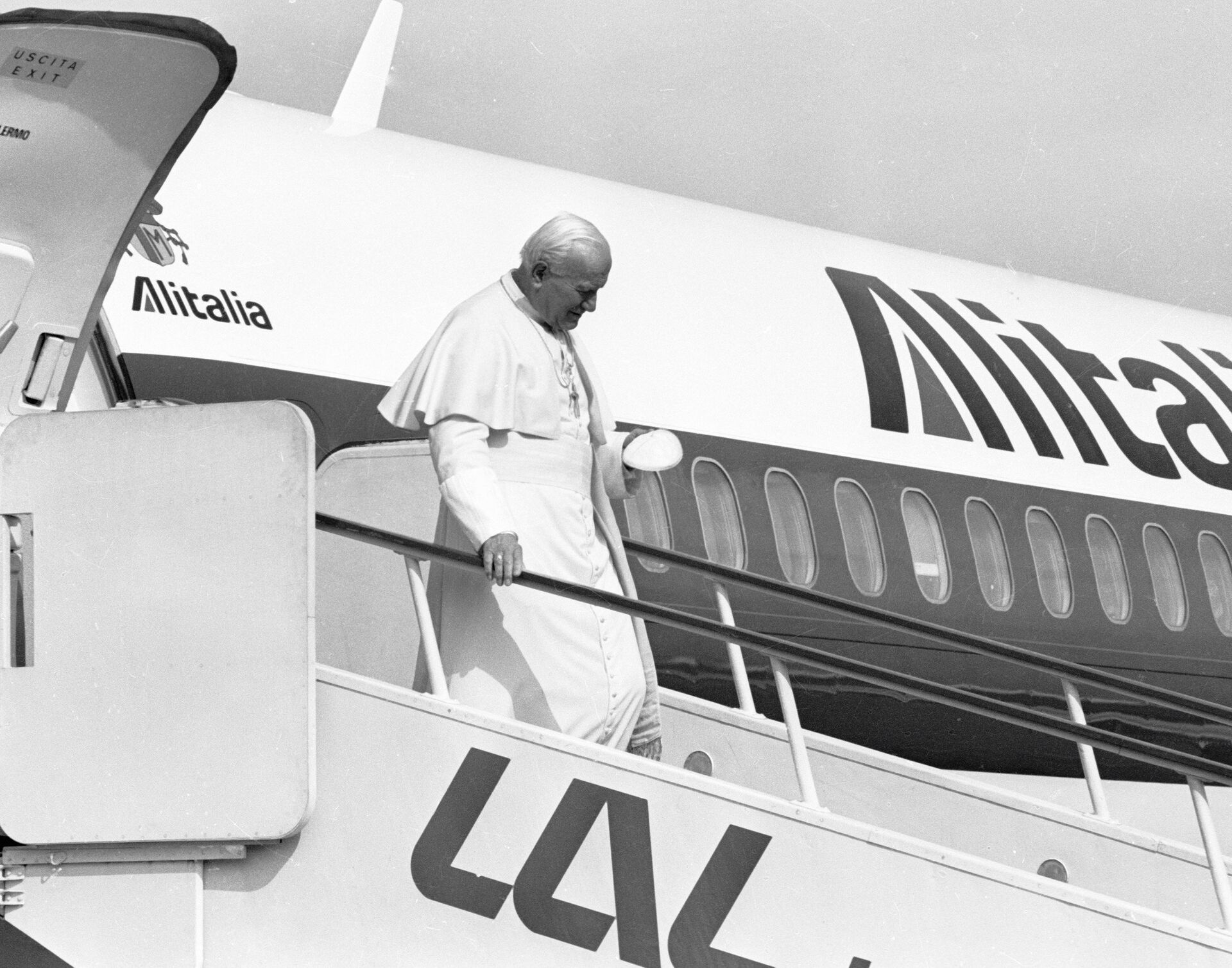 Il Papa Giovanni Paolo II sta scendendo da un aereo dell'Alitalia all'aeroporto di Vilnius - Sputnik Italia, 1920, 30.05.2021