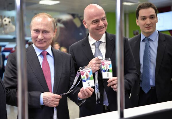 Il presidente russo Vladimir Putin e il presidente della FIFA Gianni Infantino visitano il Centro di rilascio dei tesseri di tiffoso a Sochi. - Sputnik Italia