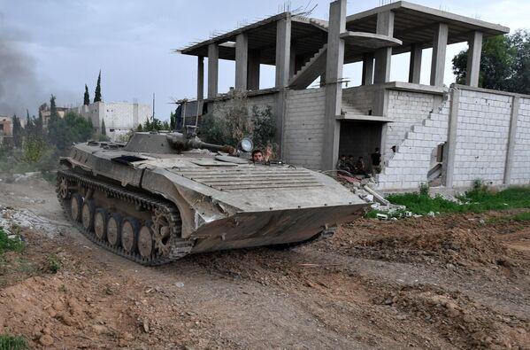 Mezzi militari alla linea di contatto dell'esercito siriano arabo con l'ISIS nei pressi di Damasco. - Sputnik Italia