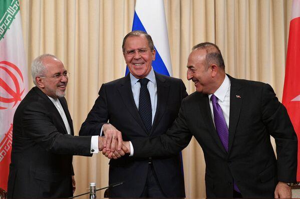 Il ministro degli Esteri iraniano Muhammad Javad Zarif, il ministro degli Esteri russo Sergei Lavrov e il ministro degli Esteri turco Mevlut Cavusoglu durante la confereza stampa congiunta al termine dell'incontro trilaterale a Mosca. - Sputnik Italia