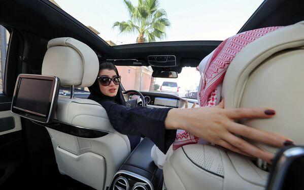 Una donna saudita impara a guidare a Riyadh. - Sputnik Italia