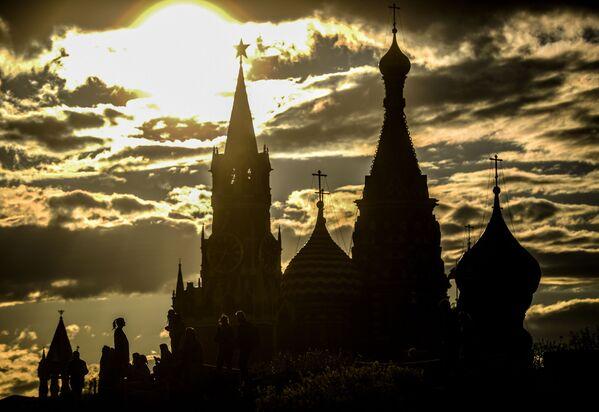 La veduta della Torre Spasskaya del Cremlino di Mosca e del cattedrale di San Basilio a Mosca. - Sputnik Italia