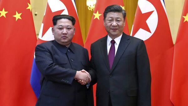 Il leader della Corea del Nord Kim Jong Un e il presidente cinese Xi Jinping.(foto d'archivio) - Sputnik Italia